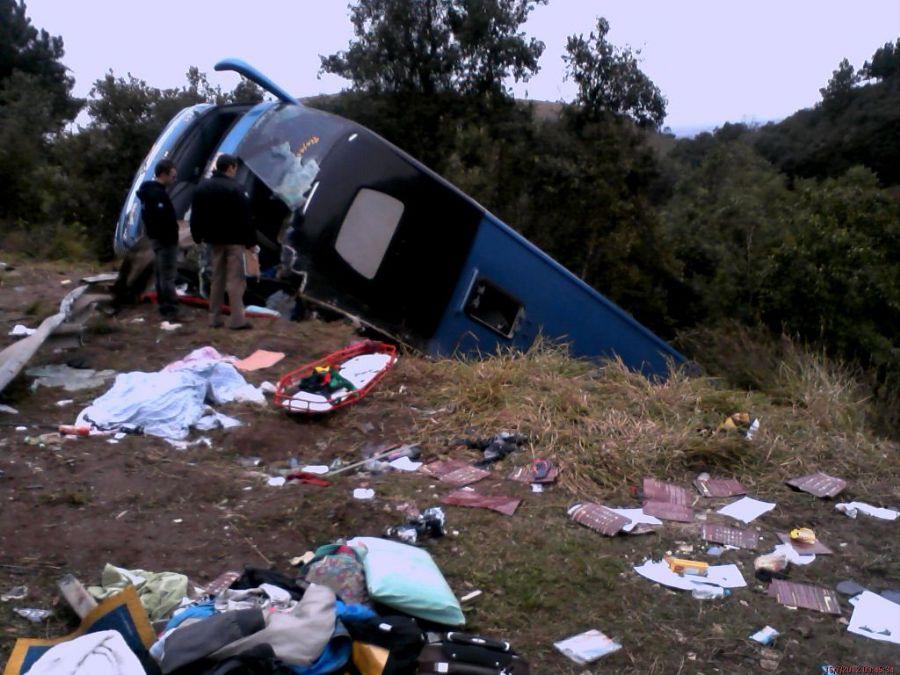 O que sobrou do ônibus foi retirado no final da tarde de ontem da ribanceira. (Foto: PRF)