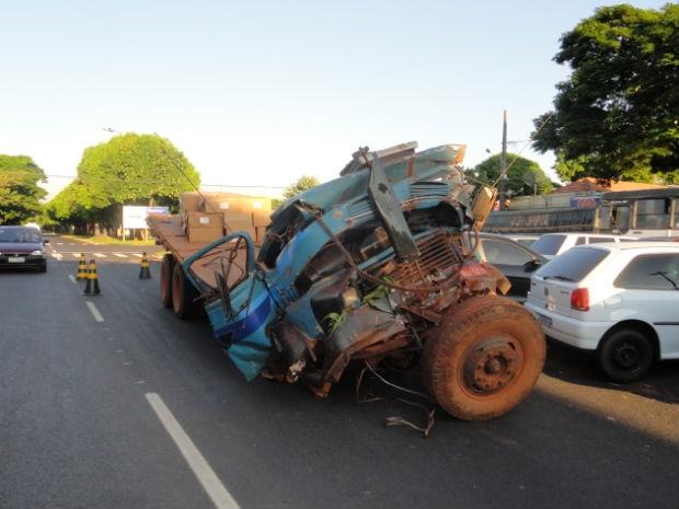 Caminhão caiu de barranco de quatro metros e matou motorista (Foto: PF)