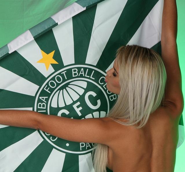 Funkeira faz ensaio com bandeira do Coxa.