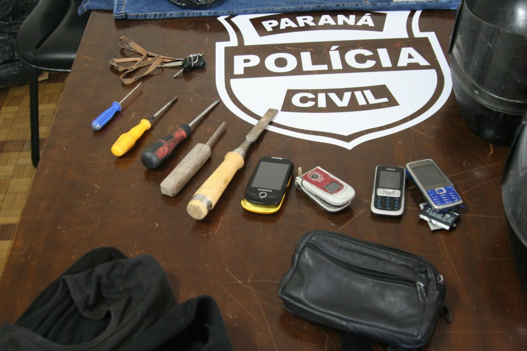 Materiais apreendidos com o estuprador pela policia. (Foto: Silvana Kogus)