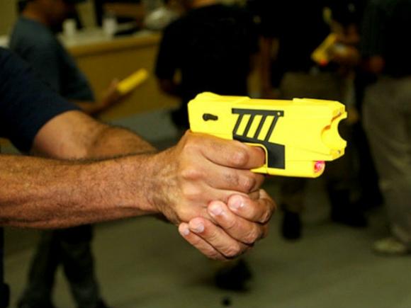 """A perícia na pistola """"não letal"""" vai demorar 15 dias, informa policia de SC."""