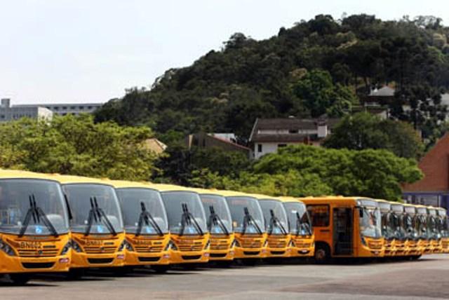 As garagens das empresas de ônibus ficaram lotadas durante todo o dia.
