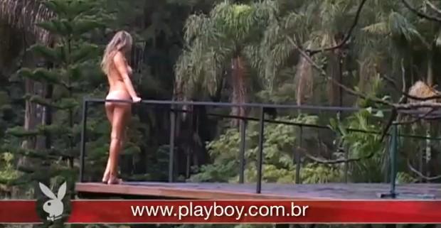 No ensaio, a jogadora aparece nua em meio à uma floresta. (Foto: Playboy)