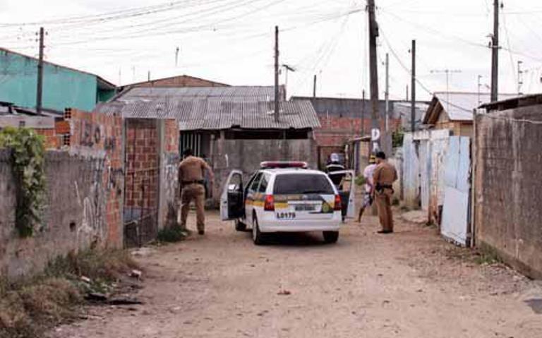 Unidades da PM percorrem ruas das vilas da CIC, na instalação de UPS.