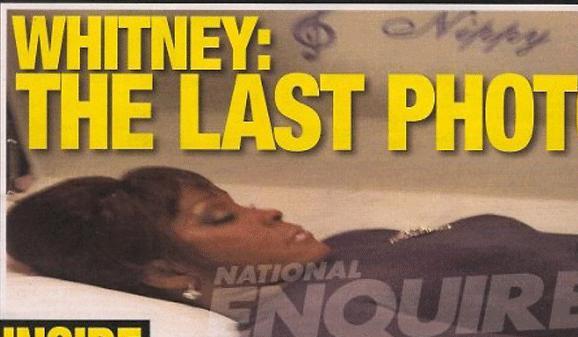 A foto teria sido tirada secretamente durante o velório restrito da cantora.
